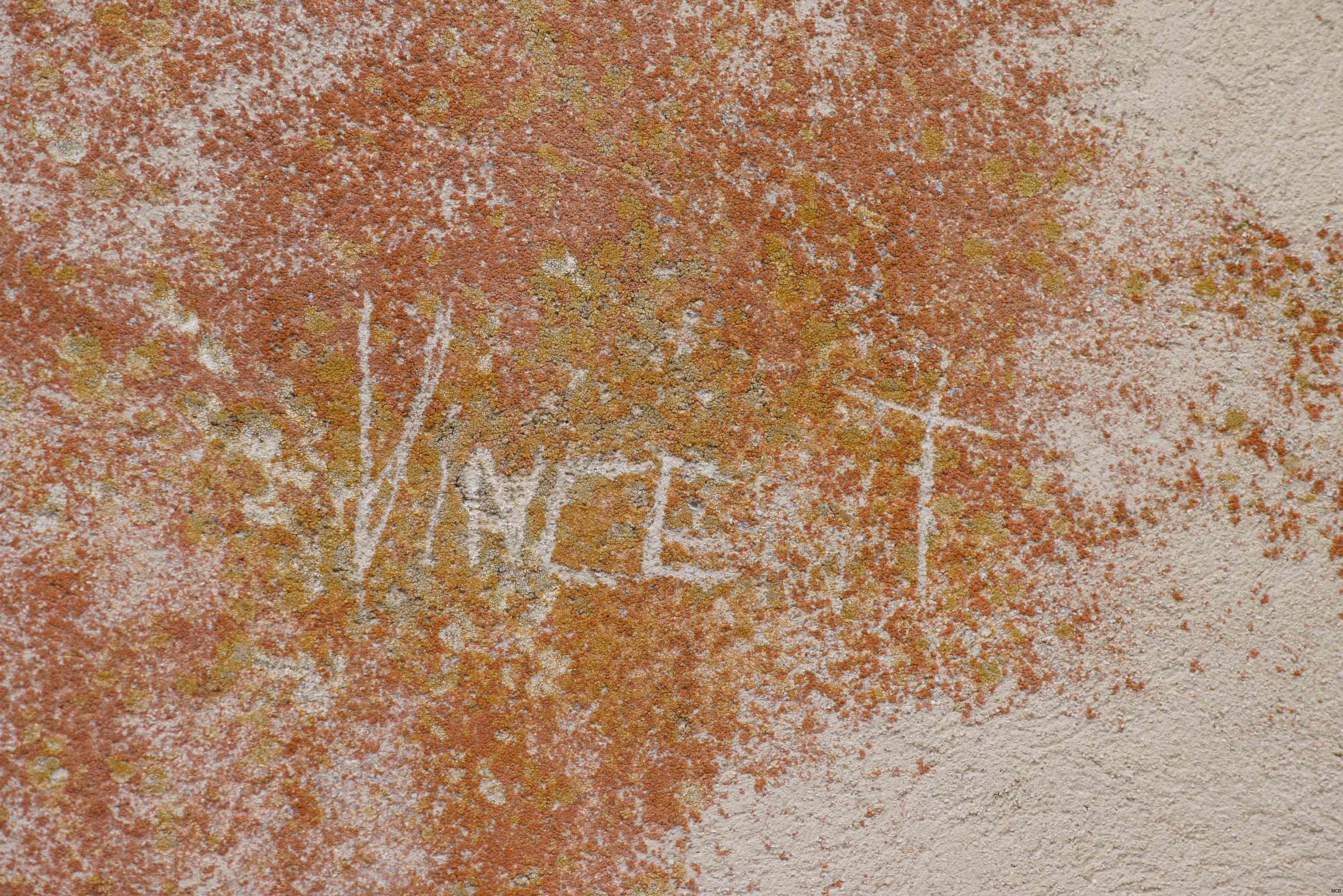 Nom gravé sur mur
