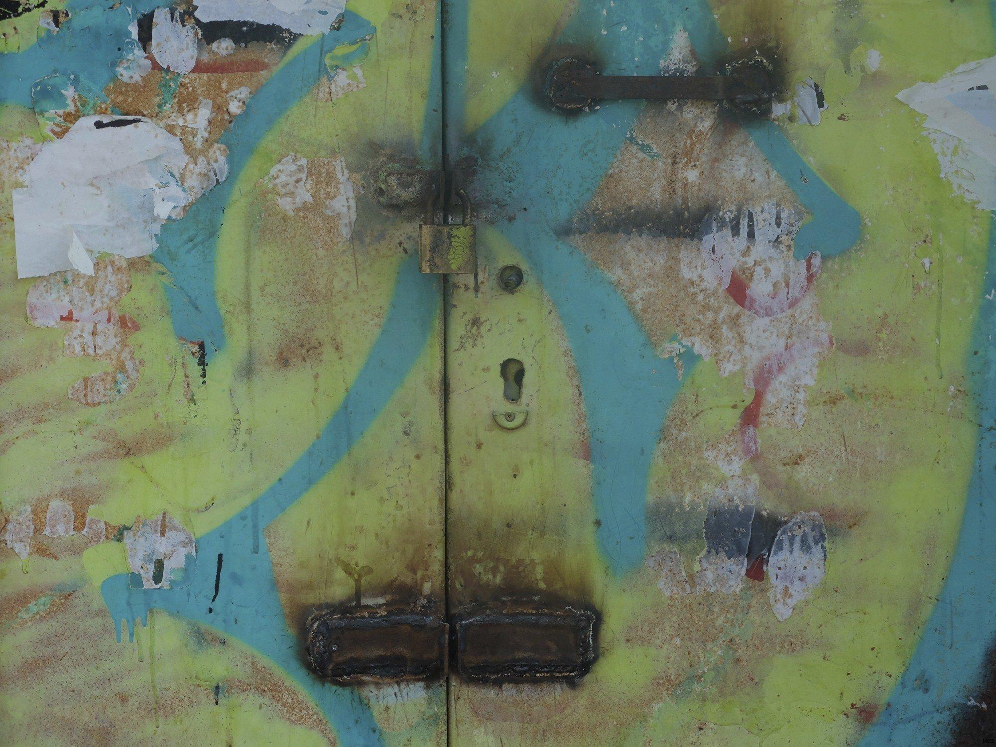 Porte fermée en couleur