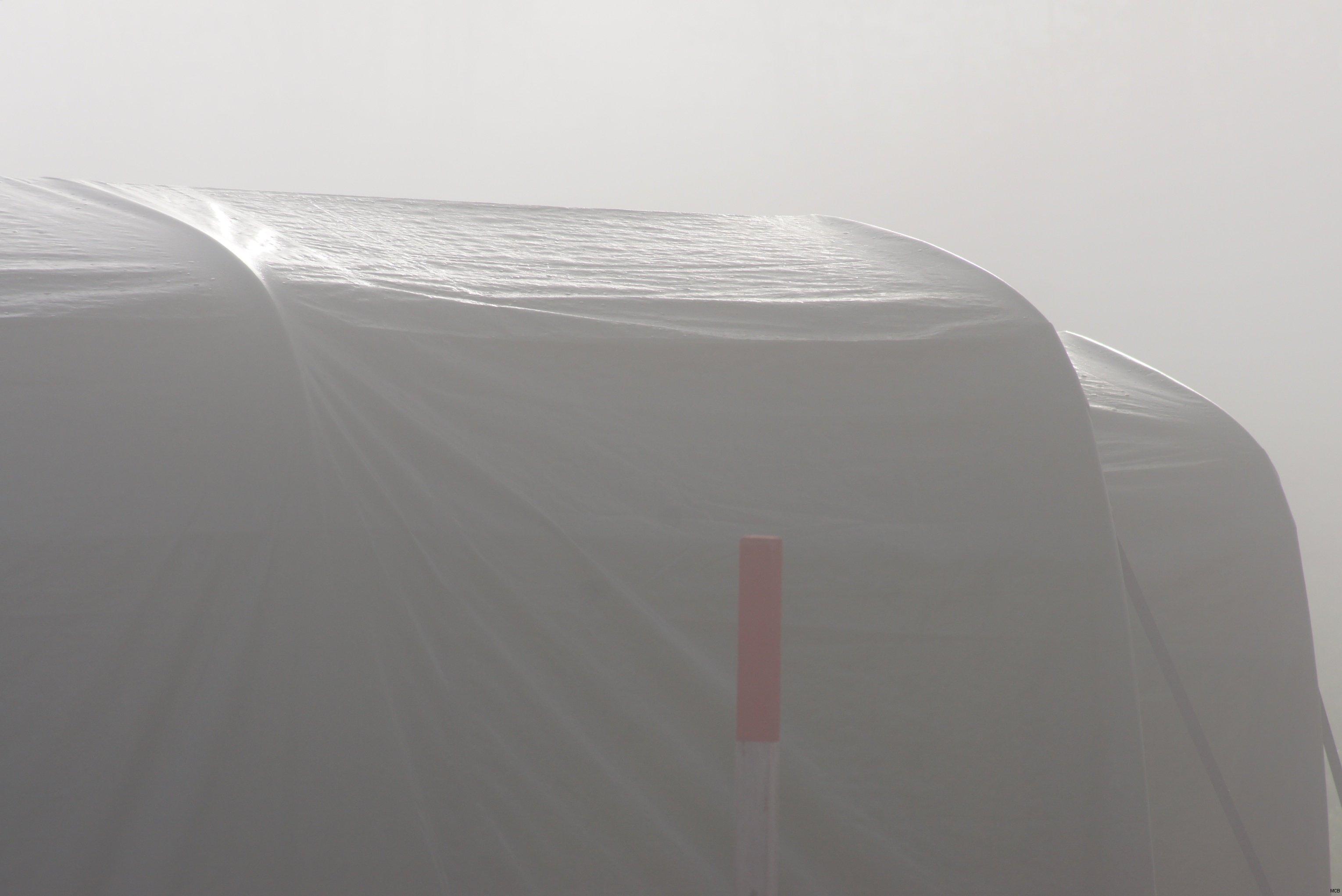 Lumière transperçant le brouillard
