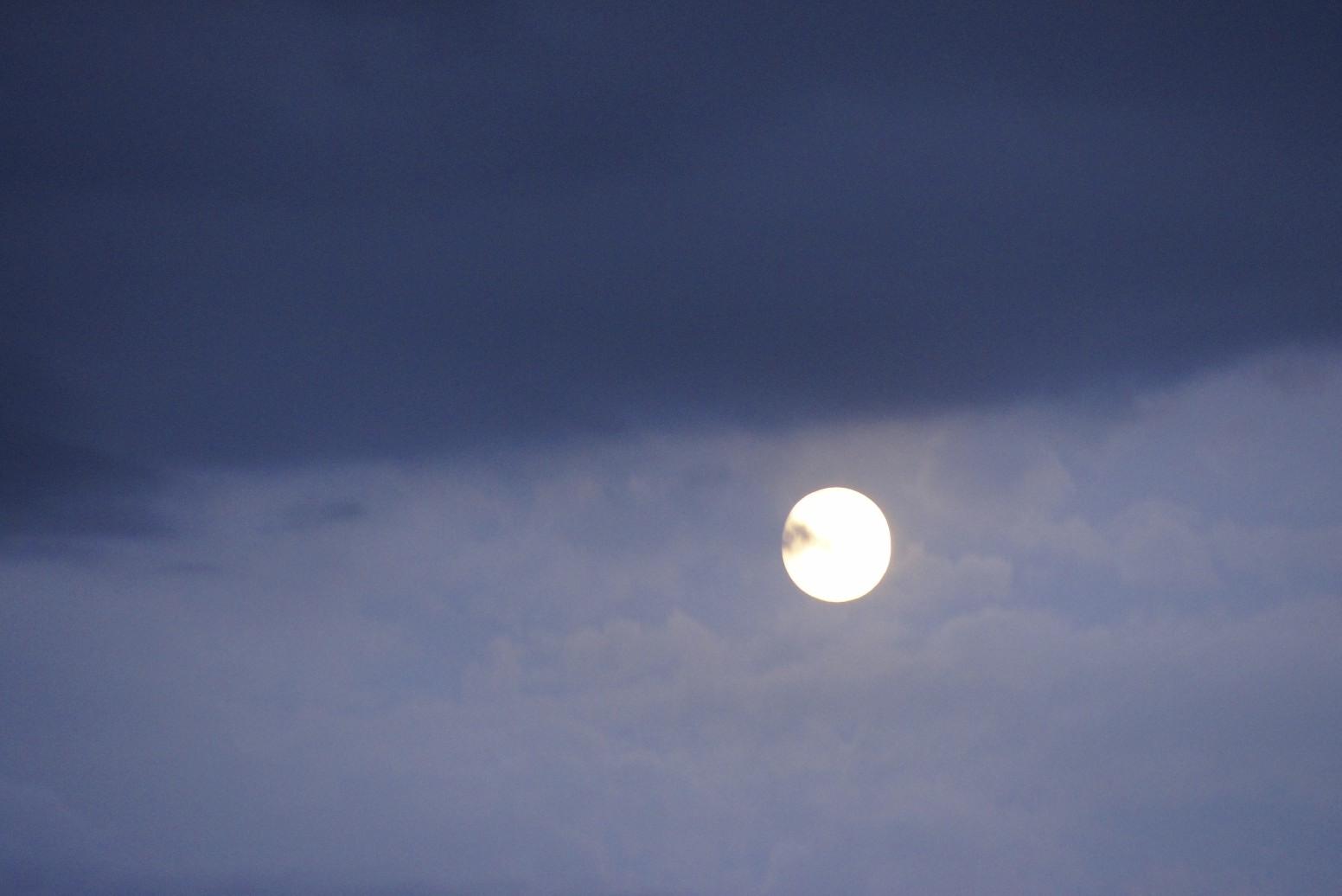 Lune à la tombée du jour