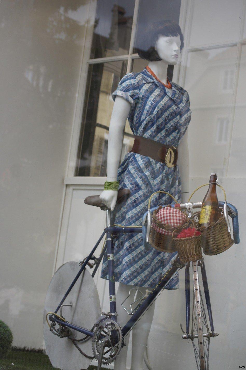Femme au vélo, vitrine